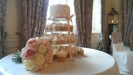 Eaves Hall: Reception room/ cake display