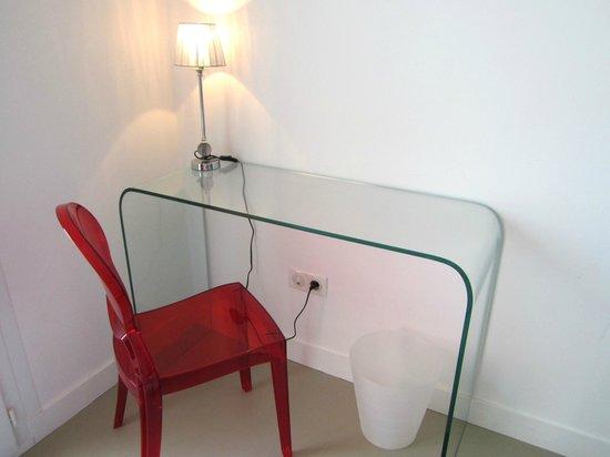 Hotel l'Isolella : Glass writing desk