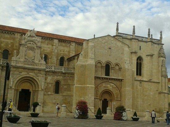 Basílica de San Isidoro y Panteón Real: Entrada principal