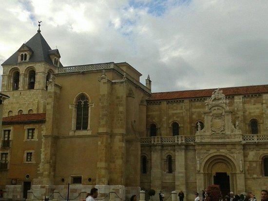 Basílica de San Isidoro y Panteón Real: Fachada románica y torre