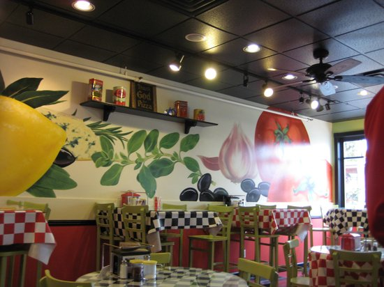 Island Slice Pizzeria: Part of the gorgeous huge wall with a mural