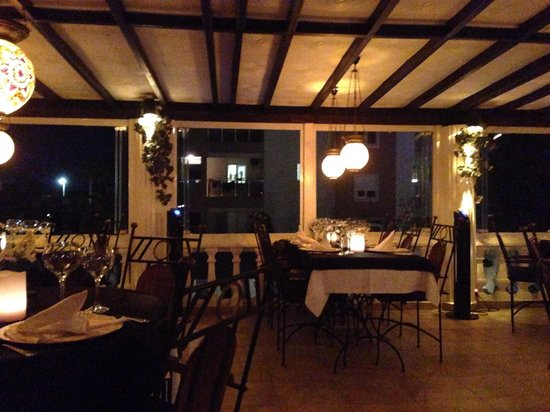 Conny's Restaurant And Bar: Lovely setting - best food and service in Side