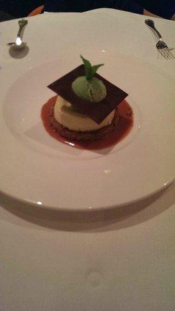 Seasons Restaurant: Neighbor's dessert looked delicious.