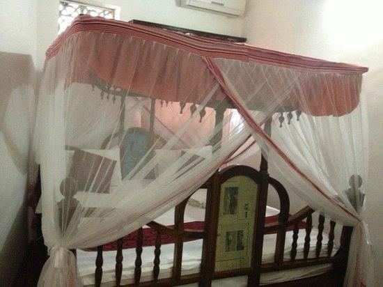 Pyramid Hotel: Cama suajili