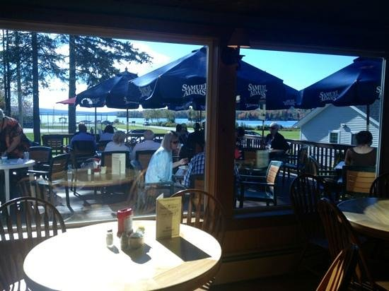 Parkside & Main Restaurant: Indoor & outdoor seating overlooking the lake.