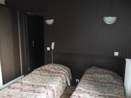 Hipotel Paris Printania: Bedroom - rather depressing decor