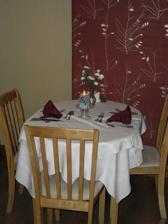 Inglenook Cafe & Restaurant: Table set for the evening at front of cafe/bistro