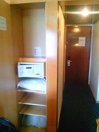 VIP Executive Zurique Hotel: Вход в номер и сейф