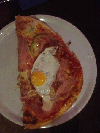 Pizzeria Fratelli: hier die rechte Seite der Pizza, Name vergessen aber köstlich