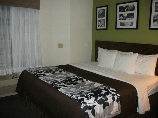 Sleep Inn Airport: Comfy bed