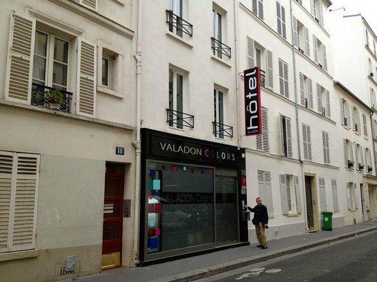 Hotel Valadon Colors: street front entrance