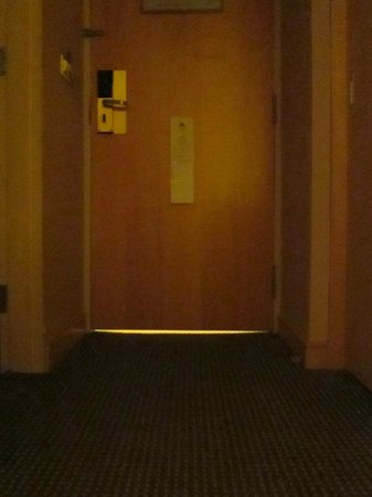 Carlton Hotel Singapore: Light coming under the door from the corridor