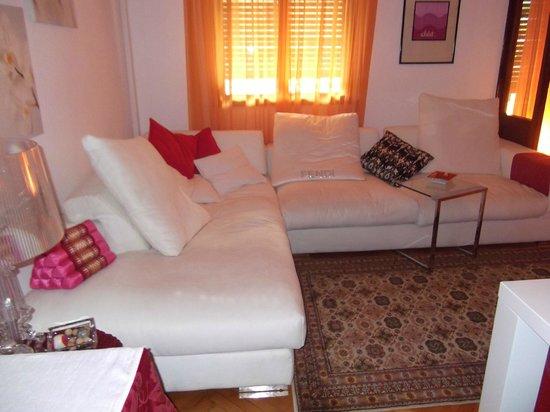 Casa Mario Bed & Breakfast : Il divano della sala colazione