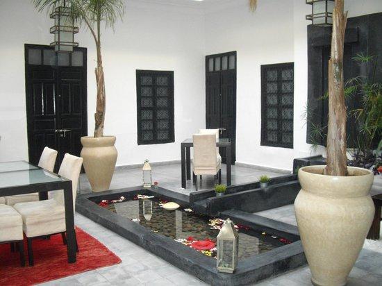 Riad Villa Wenge: Zona estar