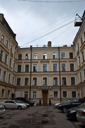 Nevskiy Hotel Aster : L'hôtel vu de la cour