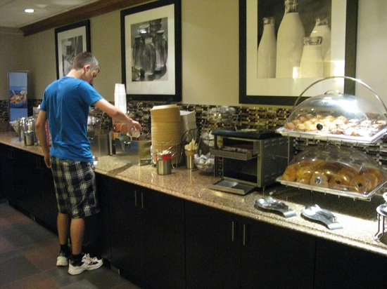 Hampton Inn Buffalo-Airport/Galleria Mall: Breakfast area at the Hampton Inn/Galleria Mall