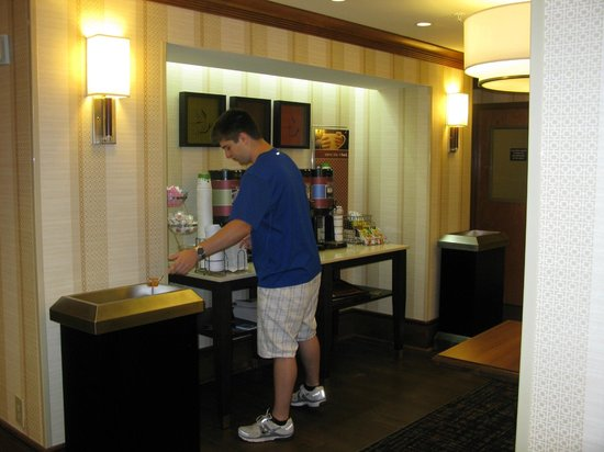 Hampton Inn Buffalo-Airport/Galleria Mall: Complimentary Beverage Station