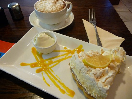 Cafe Anraith: Delicious lemon pie and cappuccino
