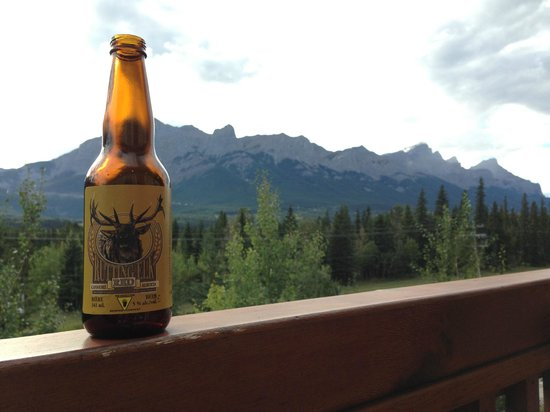 Falcon Crest Lodge: Enjoying a local beer on the balcony!