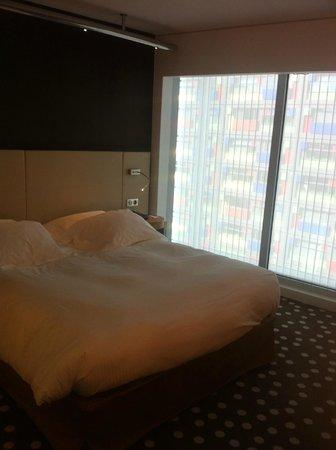 Hôtel Barrière Lille: Chambre très bien disposée