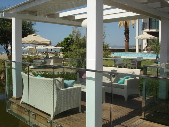 Jiva Beach Resort : Relax in comfortable seats in grounds by bar