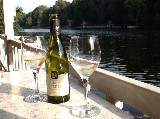 Le Pavillon Bleu: Sunny afternoon by the Loiret.