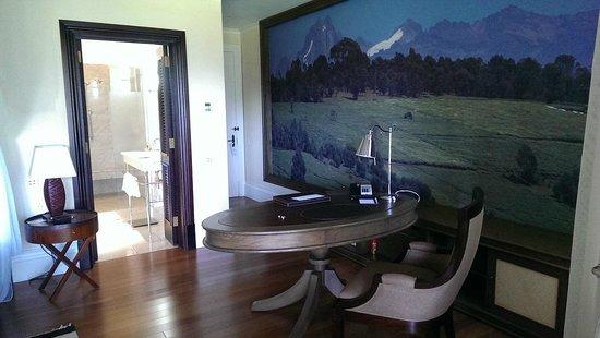 Hemingways Nairobi: Bedroom - sitting area