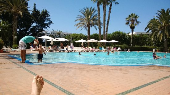 Argana Hotel: Вид на бассейн с лежаками