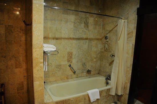 Toraja Heritage Hotel: part of inside bathroom