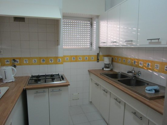 Pinhal da Marina: the large clean kitchen