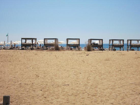 Pinhal da Marina: the beach 25 mins walk away