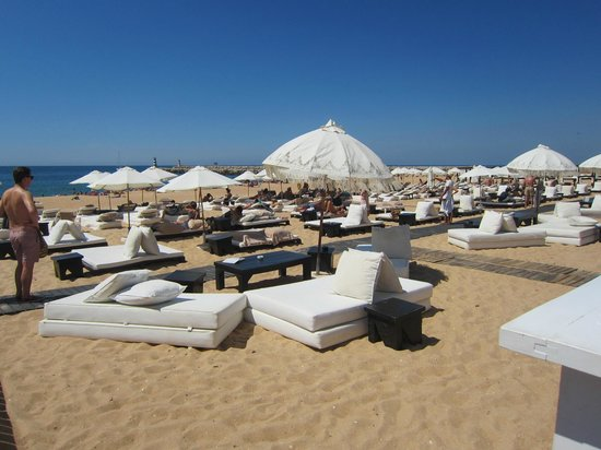 Pinhal da Marina: the sunbeds on the beach