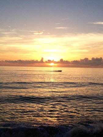 Jupiter Reef Club Resort: Sunrise as the boats go out to fish!