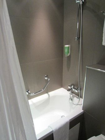 New Orient Hotel: Tub with shower