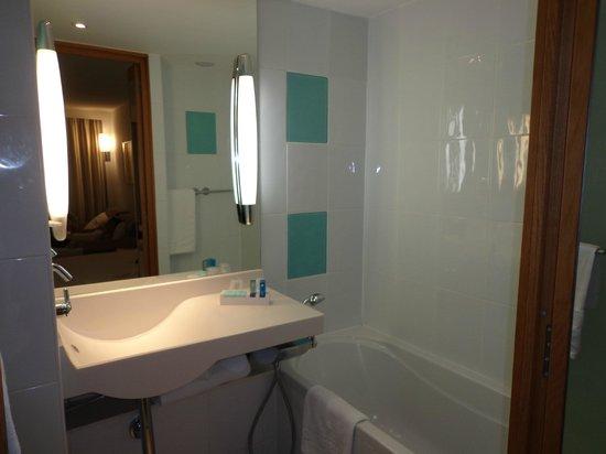 Novotel Edinburgh Centre : foto que mostro a banheira e a pia. O chuveiro é ao lado e o vaso sanitário separado em outro co