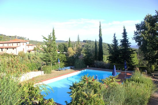 Il Casello Country House B&B : pool area is quiet and welcoming