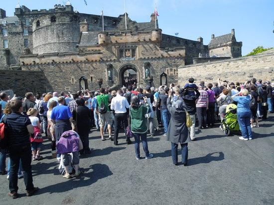 ปราสาทเอดินเบิร์ก: Crowd approaching castle