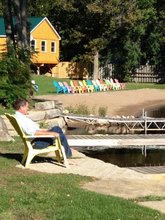 Jocko's Beach Resort and Motel: Relaxing at the lake front