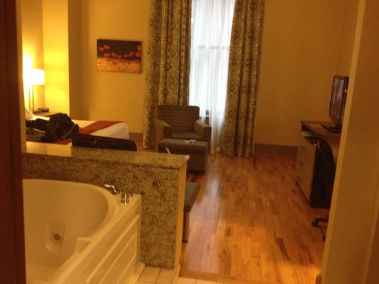 Holiday Inn Express Cleveland Downtown: King suite with hot tub