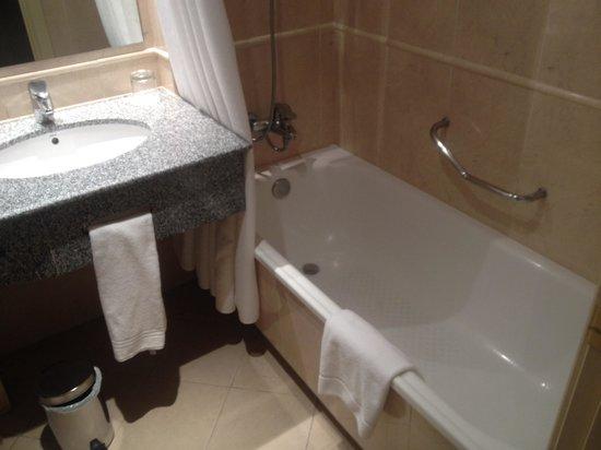 Holiday Inn Madrid: Bathroom