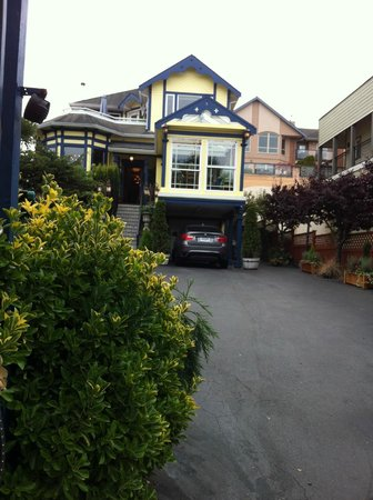 Asteras Greek Taverna: Pretty yellow and blue building