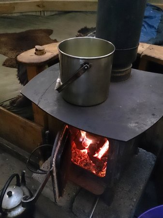 Comrie Croft Eco Hostel & Camping: Cooking stew on the wood burning stove