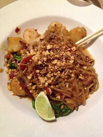 Phil's Bar & Grille: scalloped pad thai