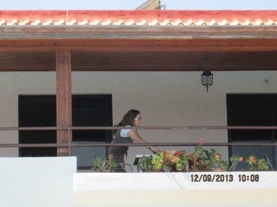 Vallian Village Hotel: preparing for lunch on the balcony