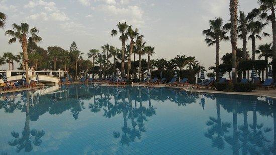GrandResort : Pool at dusk