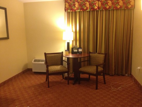 Best Western Oak Manor: Roomy sitting area