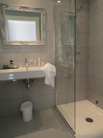 La Villa Nice Victor Hugo : Modern bathroom