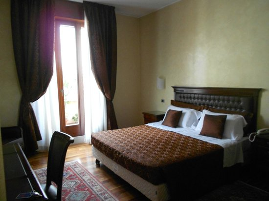 Giulietta e Romeo Hotel: View of Bedroom from the entrance in Suite 302