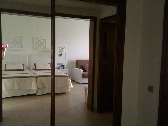IBEROSTAR Isla Canela Hotel: Reflection of the bedroom in the wardrobe mirrors