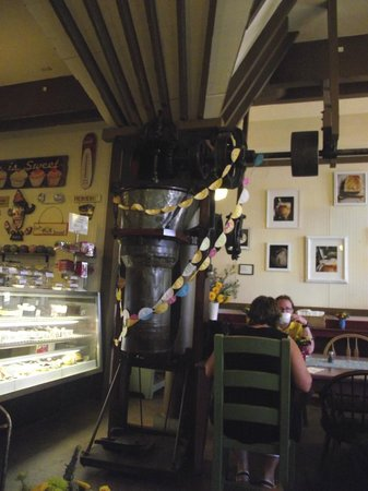 Sweetie Pies Bakery: Small dining area